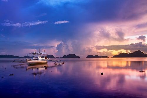 Paseo en barca al atardecer en archipiélago Bacuit