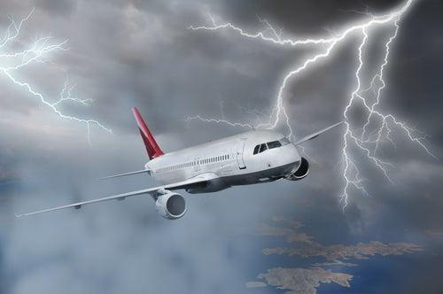 Tormenta junto a un avion