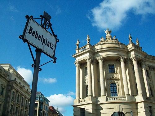 Vista del cartel de la Bebelplatz