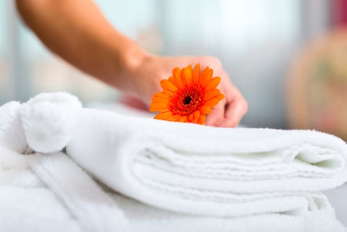 Camarera de hotel haciendo camas