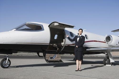 Azafata junto a jet privado