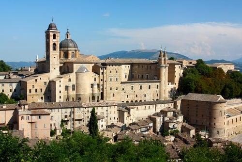 Vista de Urbino en la región de Marcas en Italia