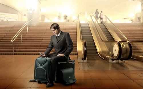 Pasajero esperando con equipaje