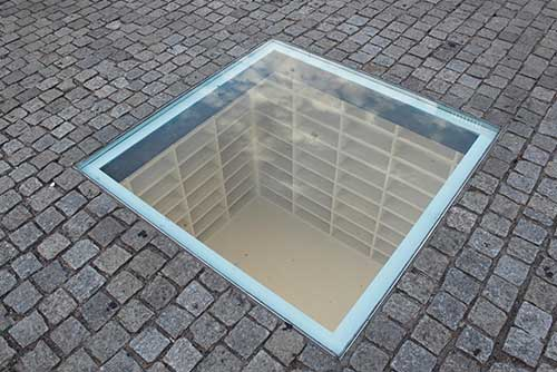 Obra de Micha Ullmann en Bebelplatz