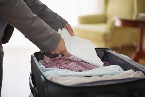 Hombre que va a preparar la maleta