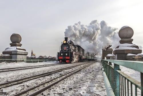 Transiberiano cruzando un paisaje nevado