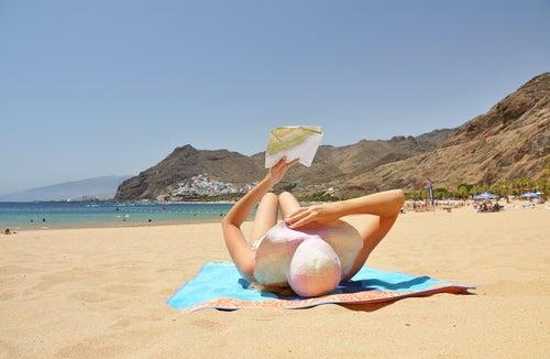 Mujer en la playa delas Teresitas