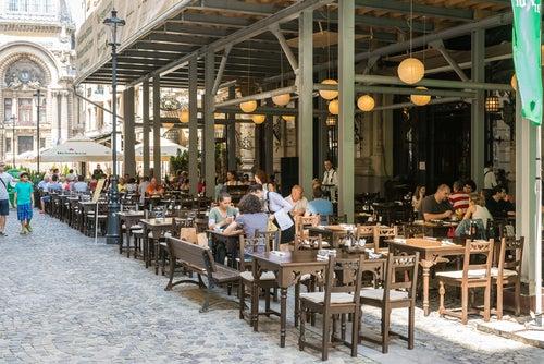 Mesas de restaurante en la calle