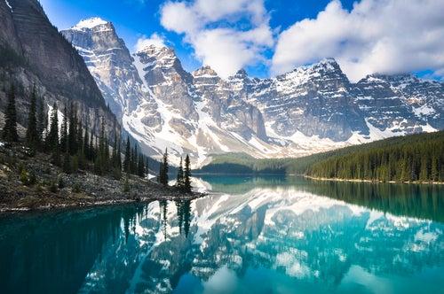 Montañas y lago en Alberta