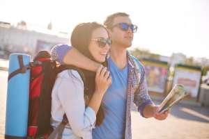 Turistas jóvenes con un mapa