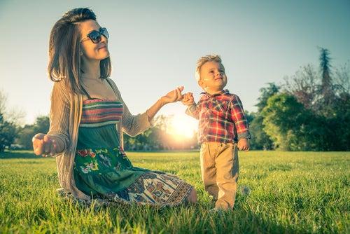 Madre e hijo en el campo
