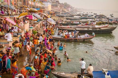 Gente bañándose en un ría en India