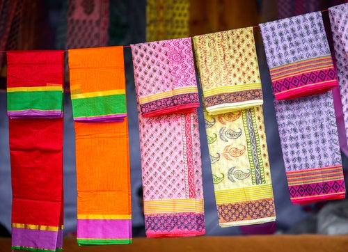 Telas de colores en un mercado de Delhi