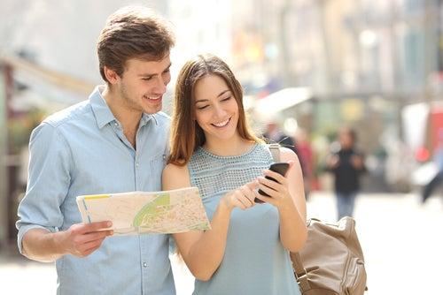Turistas consultando un smartphone