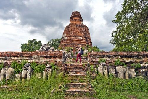 Viajera en templo de Tailandia