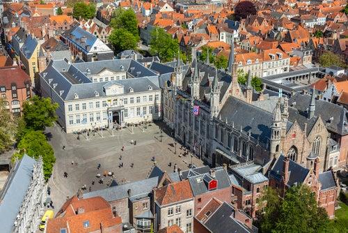 Vista aérea del ayuntamiento de Brujas