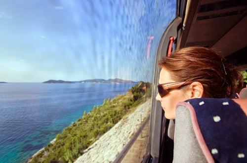 Chica mirando por la ventanilla del autobus