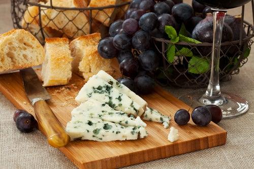 Plato de queso y pan francés