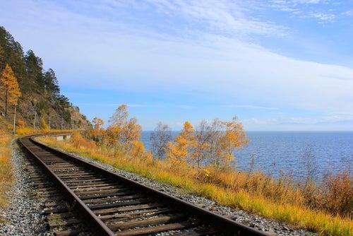 Vías del Transiberiano a su paso por el lago Baikal