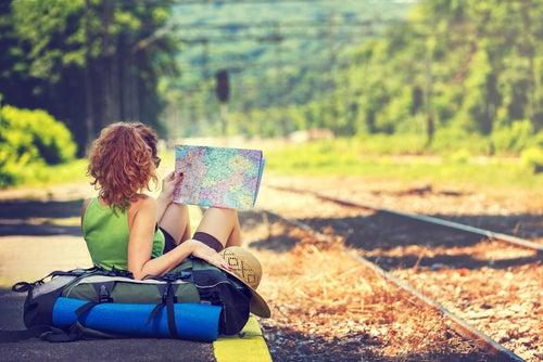 Turista mirando mapa