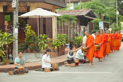 Ceremonia de las limosnas en Kuang Prabang