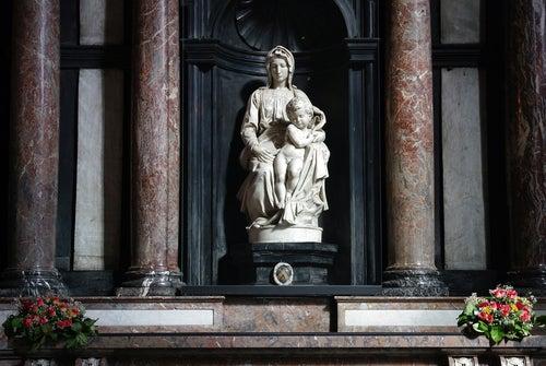 Escultura de la Virgen con el niño en Brujas