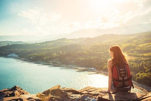 Viajera mirando el horizonte