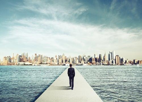 Hombre caminando hacia la ciudad