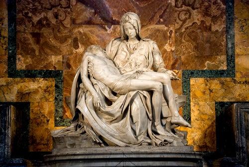 La Piedad de Miguel Ángel se encuentra en el Vaticano.