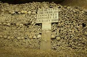 Huesos en las catacumbas de París