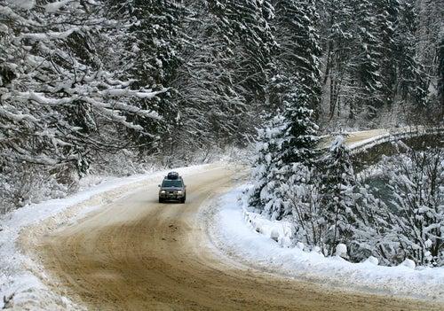 Coche en carretera nevada