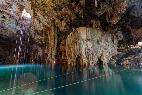 Cenote con estalactitas