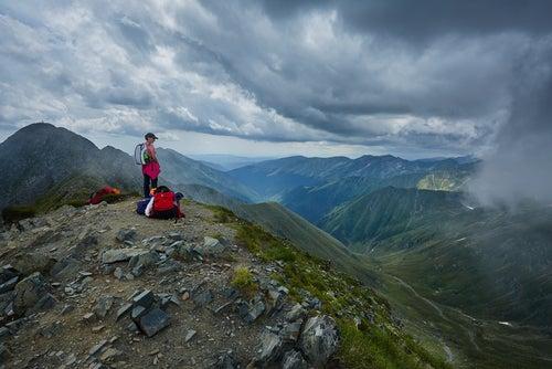 Mochilero viendo montañas