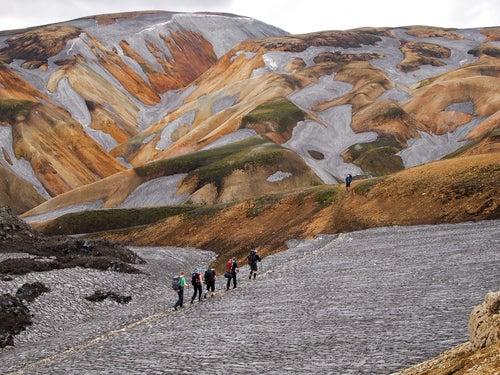 Senderistas en Landmannalaugar, uno de los lugares que ver en Islandia