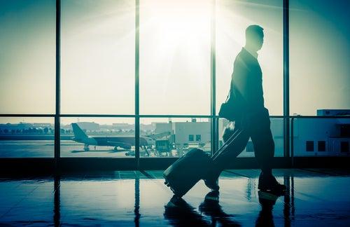 Pasajero de avión con maleta