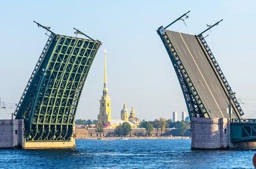 Puente levadizo en San Petersburgo
