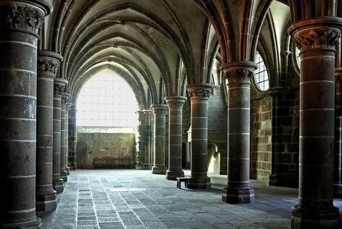 Interior de la Abadía del espectacular Mont Saint Michel