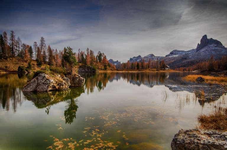 El idílico lago Federa en los Dolomitas italianos