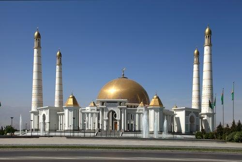 Mezquita en Ashgabat en Turkmenistán