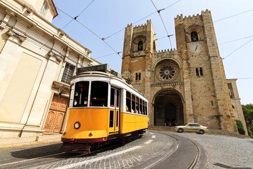 Tranvía frente a la catedral de Lisboa