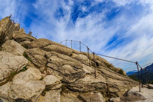 Camino en el monte Bukhansan