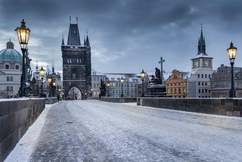 Puente de Carlos de Praga en invierno