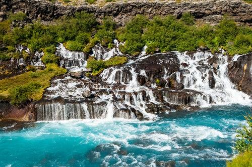 Cascada Hraunfossar en Islandia