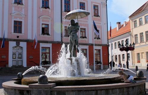 Fuente en la Plaza Roja de Tartu