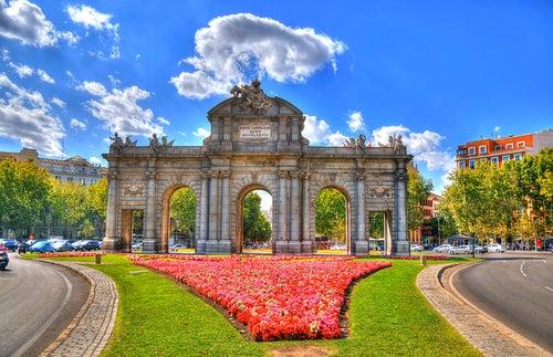 Puerta de Alcalá al comienzo de la calle Serrano