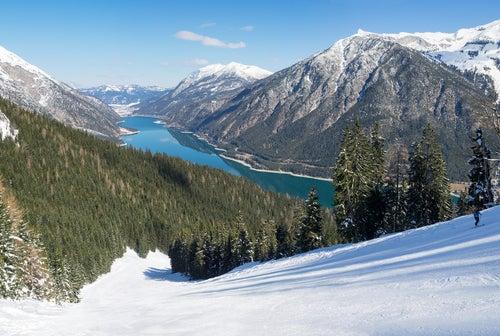 LAgo Achensee en los Alpes