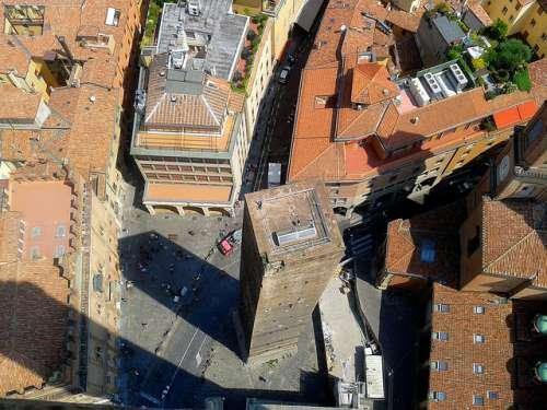 Vista de la torre Garisenda desde la torre Asinelli