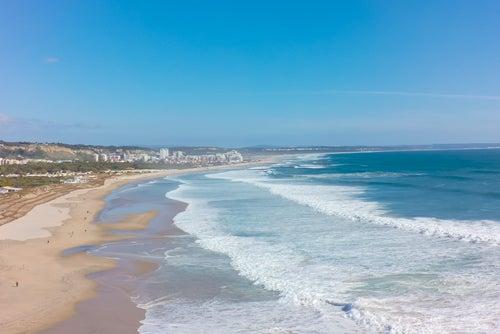 La Costa de Caparica en Portugal, la zona de playa más grande de Europa