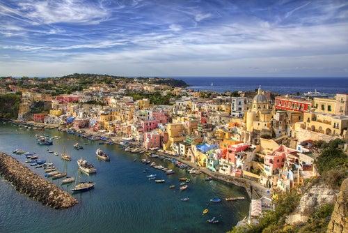 La hermosa isla Procida en la bahía de Nápoles
