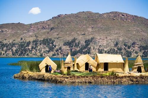 Isla flotante en el lago Titicaca
